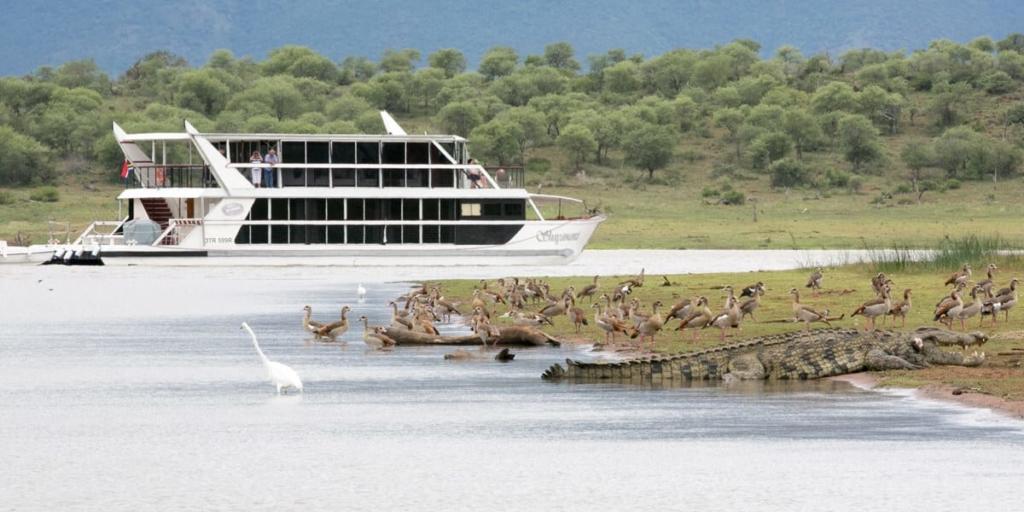 Shayamanzi 1 Houseboat in Jozini Dam with wildlife on the banks